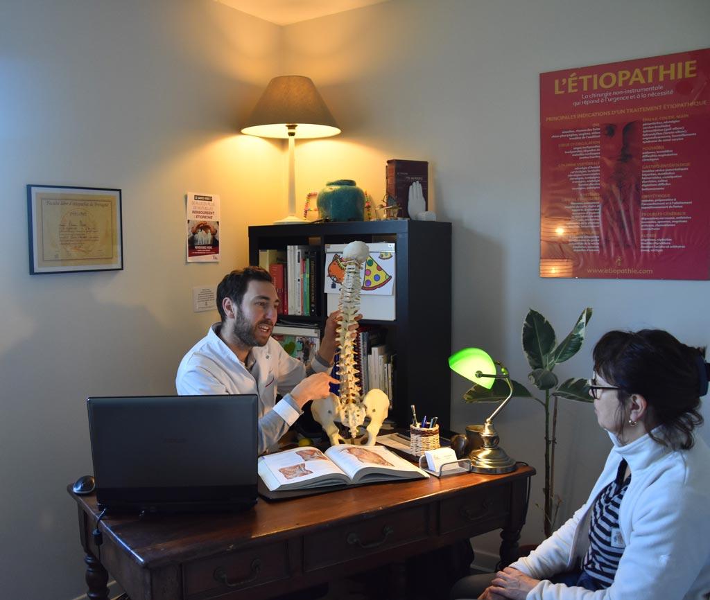 Serwan Messe, étiopathe à Bourgoin-Jallieu, en consultation d'étiopathie avec une patiente