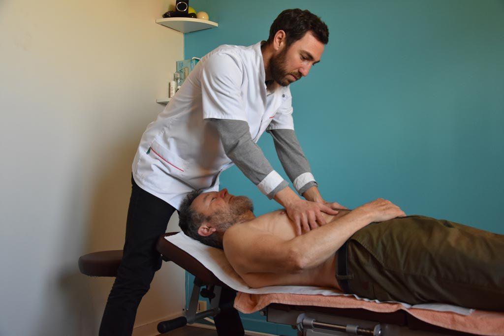 Serwan Messé, étiopathe à Bourgoin-Jallieu, manipule un patient au niveau du ventre