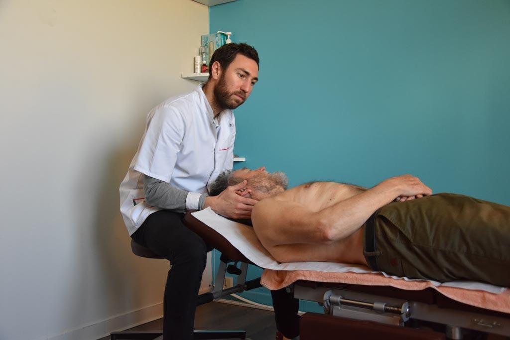 Serwan Messé, étiopathe à Bourgoin-Jallieu, manipule un patient au niveau de la tête